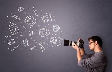 動画制作のために自社スタジオを持つべきか、それとも制作会社に外注するべきか